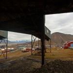 Ehemalige Einrichtungen für den Kohleabbau. Im Hintergrund die Stadt.